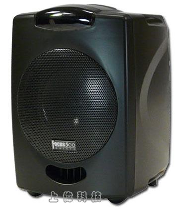 Focus 500-V1SR CHIAYO 手提式多功能無線擴音機-VHF 單頻道/內建CD、MP3播放器內建30W class-D數位功率放大器,聲音更大、使用時間更長'全國首創A4尺寸,體積小但功能齊全,全配重量僅5.4kg。 配備6吋全音域喇叭,最大輸出功率50W'壓縮擴展電路(Compander)設計可改善訊號雜音比以及降低背景(background)雜音'具有獨創的音碼鎖定電路裝置,消除待機時受到外來訊號及其他雜音干擾'可選配動圈式或電容式音頭模組'有線麥克風與外部音源輸入可經由獨立旋鈕控制音量大小'音源輸出:外接喇叭、外部音源'音源輸出:外接喇叭、外部音源'音調調整:高音(TREBLE)、低音(BASS)旋鈕'內建1顆可充電式鉛酸電池提供12-15V DC之電源'內建100-240V AC電源供應器,可自動充電,由上偉科技專業銷售'工程安裝'維修服務,洽詢電話02-22267567(代表號)由專人服務